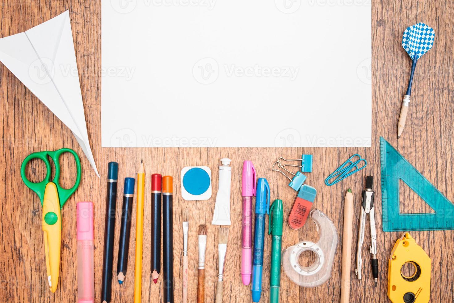 skoltillbehör på ett skrivbord foto
