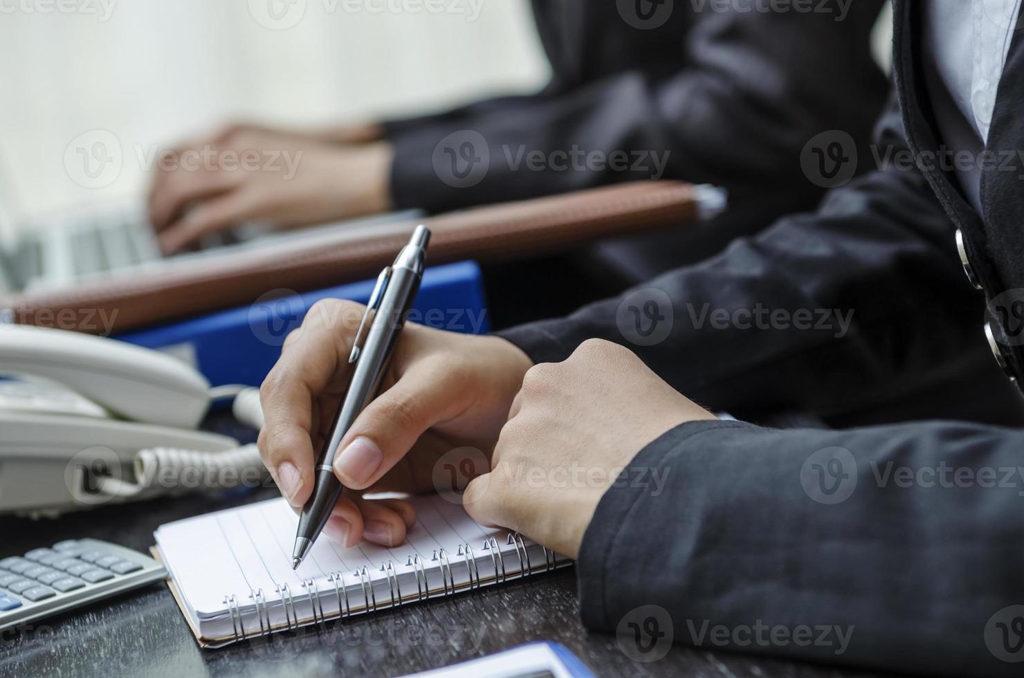 skriva på skrivbordet foto