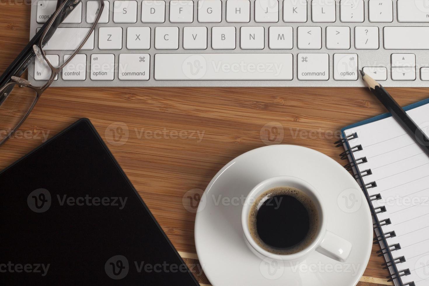 kaffe på skrivbordet foto