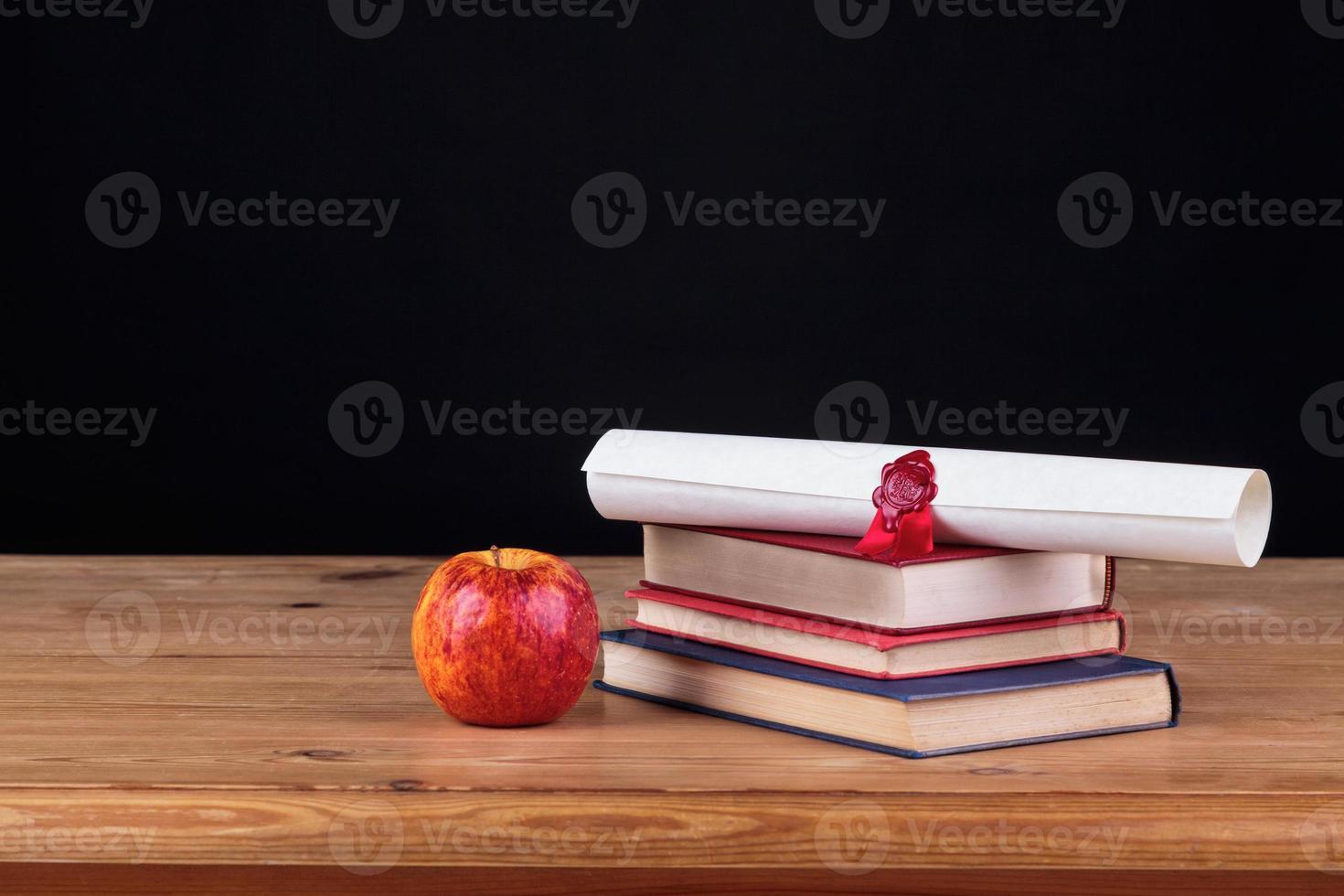 skolskrivbord med svart vit bakgrund foto