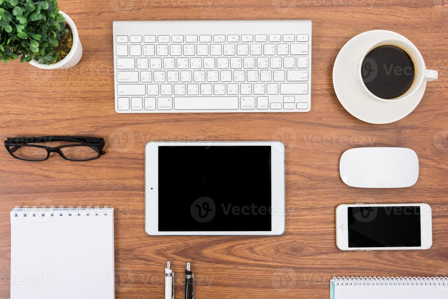 affärsskrivbord med tangentbord, mus och penna foto