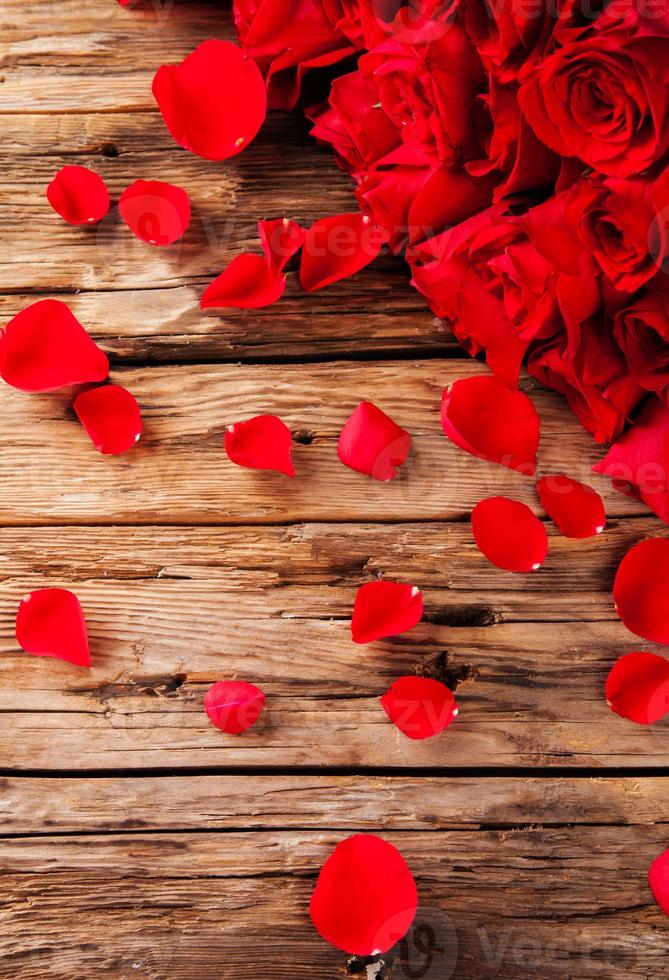 bukett rosor på trä skrivbord foto