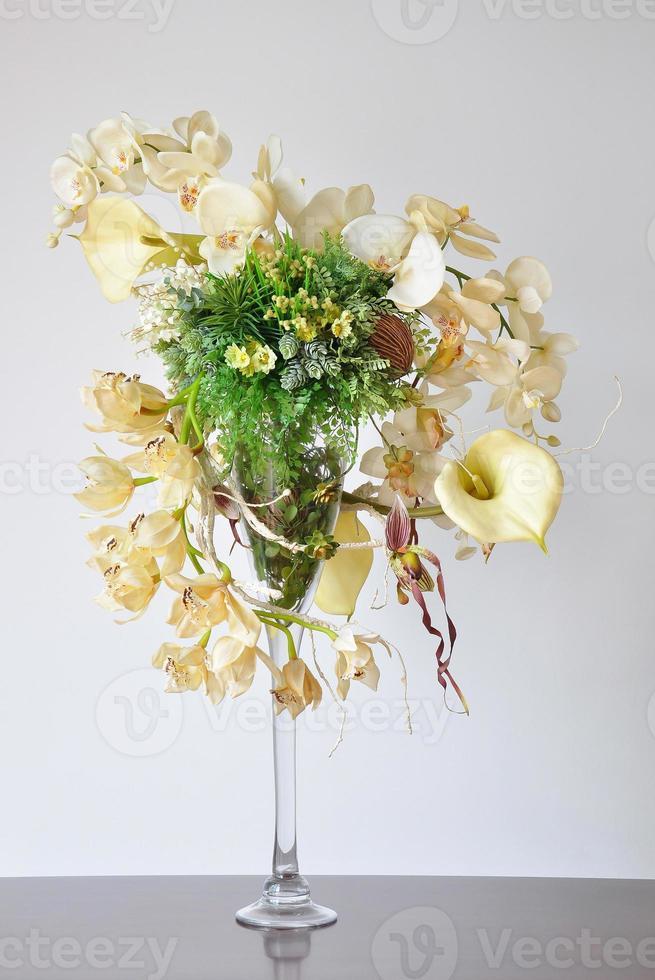vaser konstgjorda blommor på skrivbordet. foto