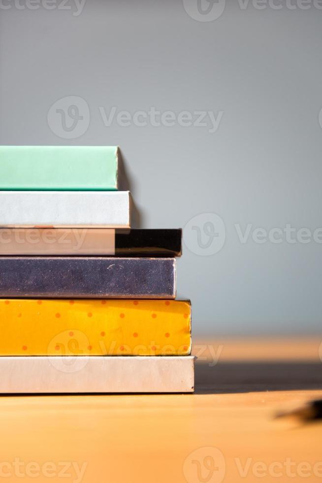 böcker på bordet. inga etiketter, tom rygg. foto