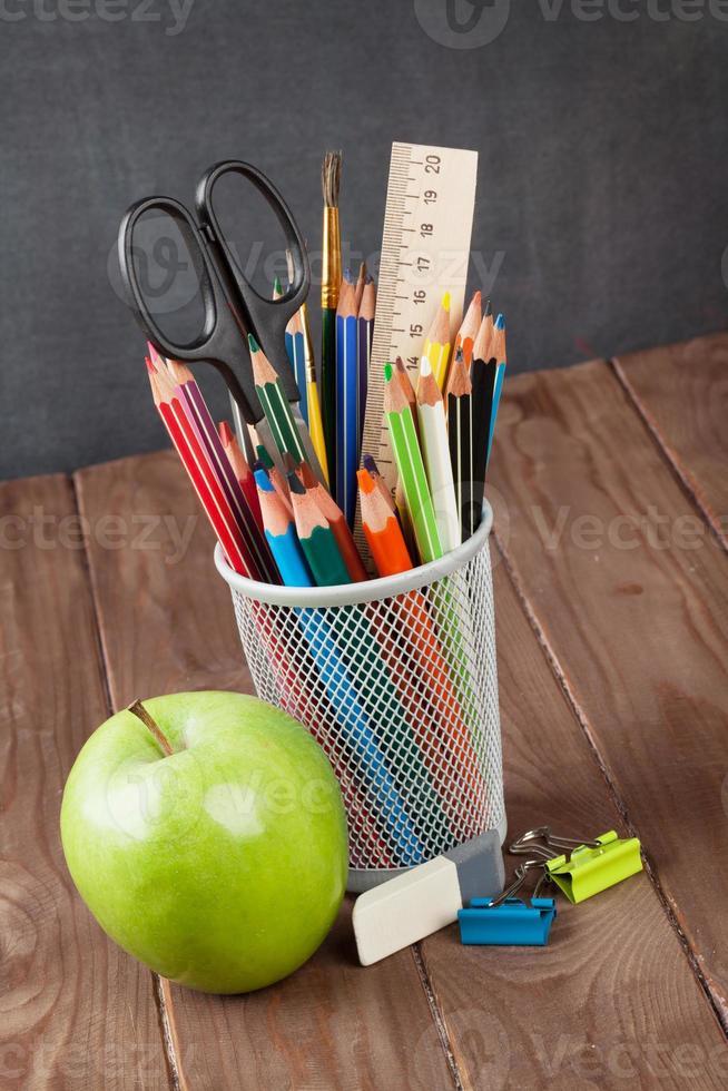 skol- och kontorsmaterial på klassrumsbordet foto
