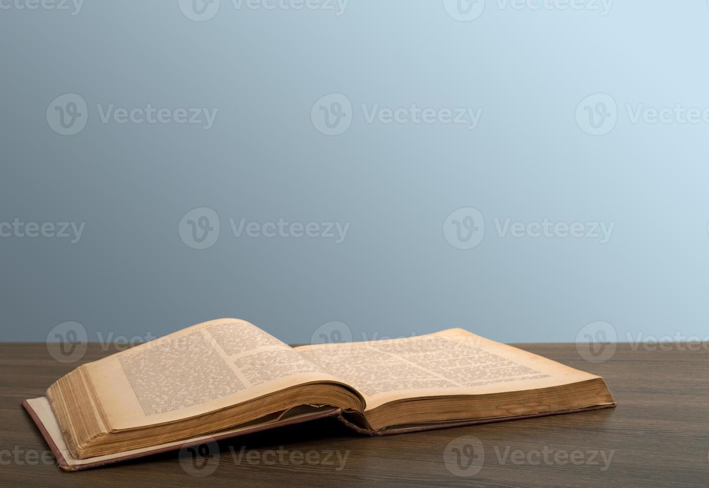 böcker. öppen bok på skrivbordet foto