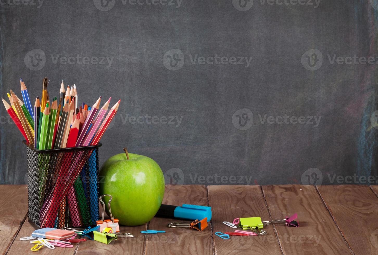 skol- och kontorsmaterial och äpple foto