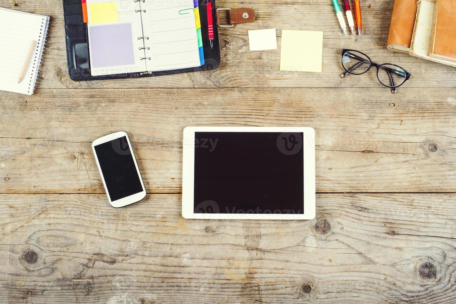 skrivbordsblandning på ett träkontorsbord. foto