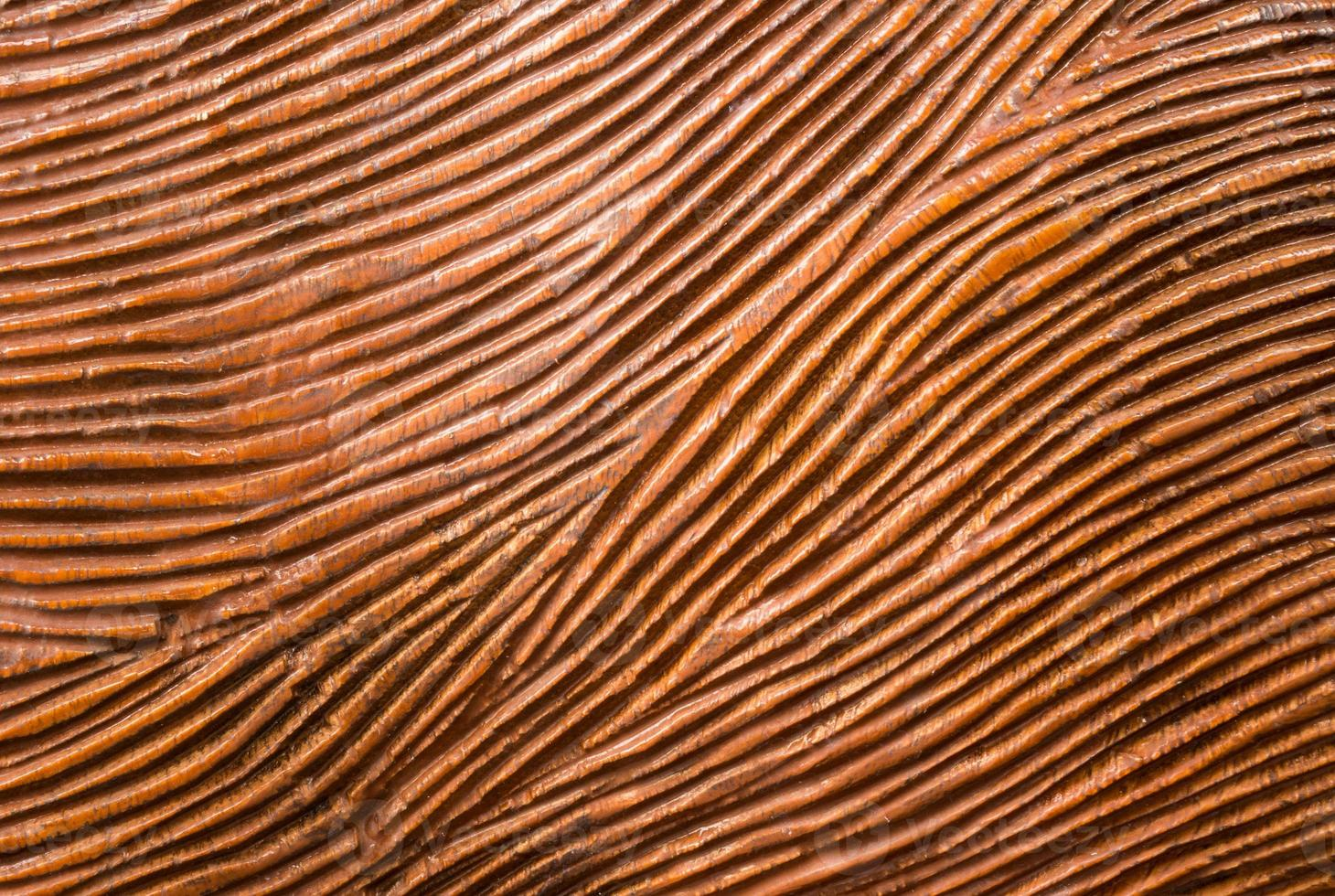 traditionellt snidit rött trä med flödeslinje foto