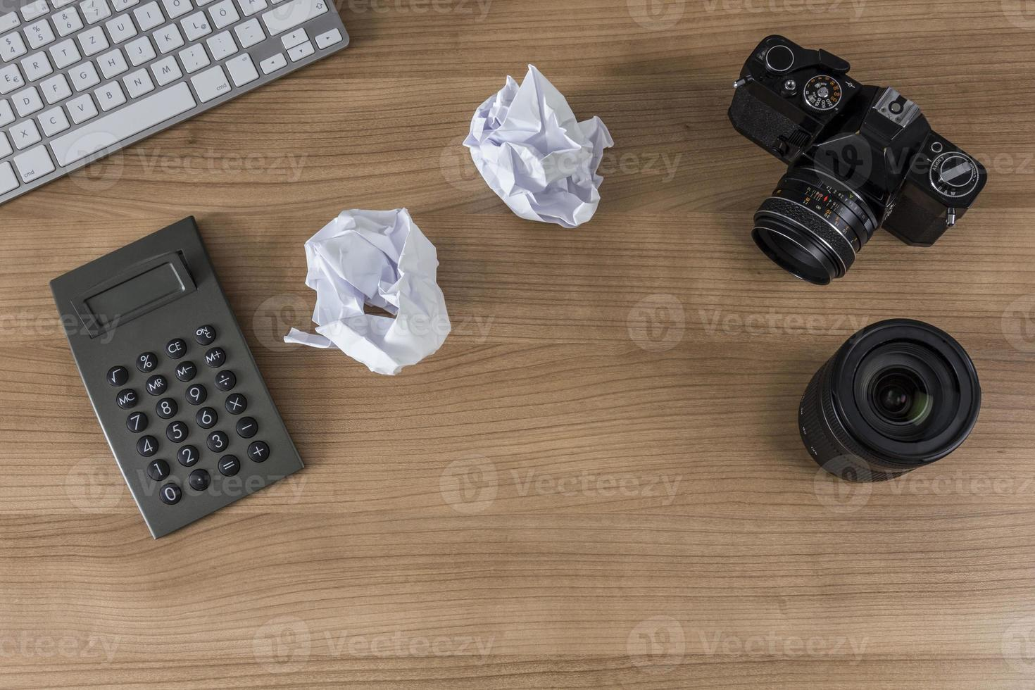 skrivbord med kameratangentbord och miniräknare foto