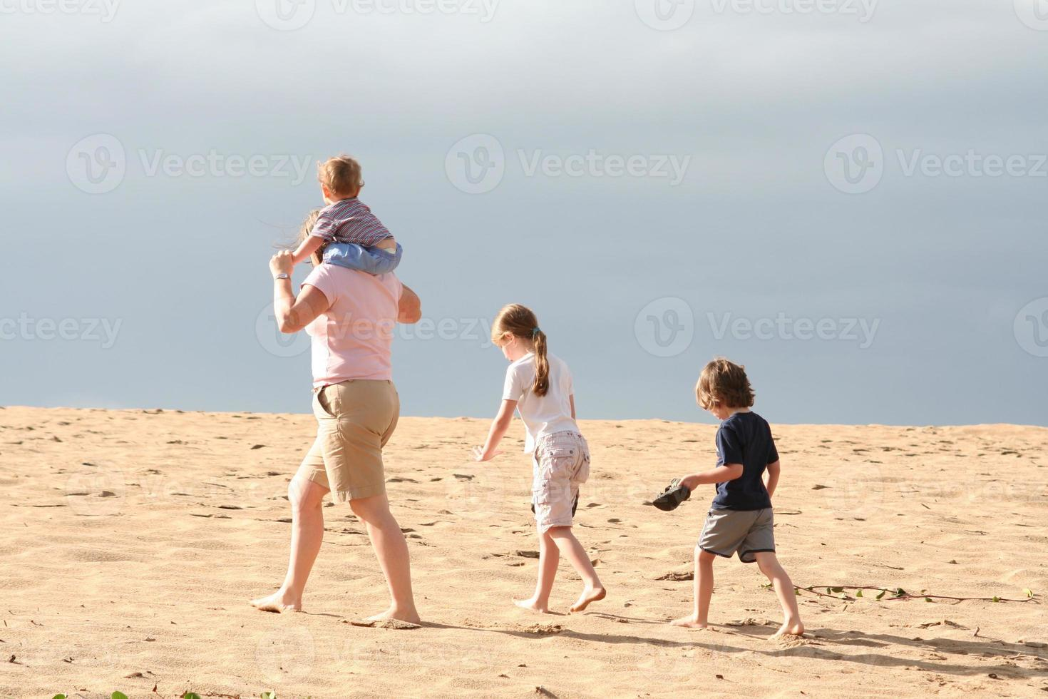 familj på stranden. foto