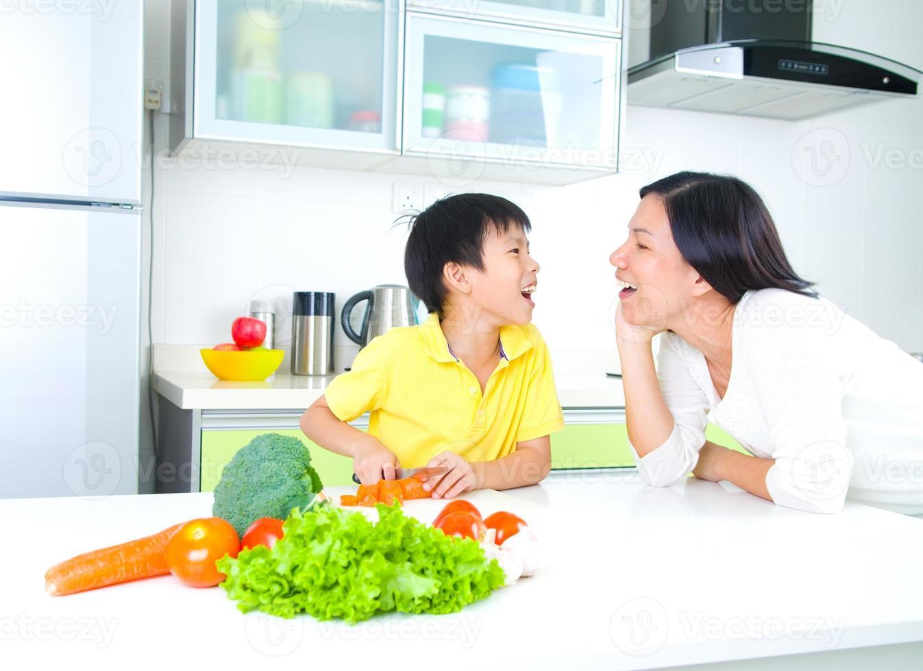 asiatisk familj kök livsstil foto