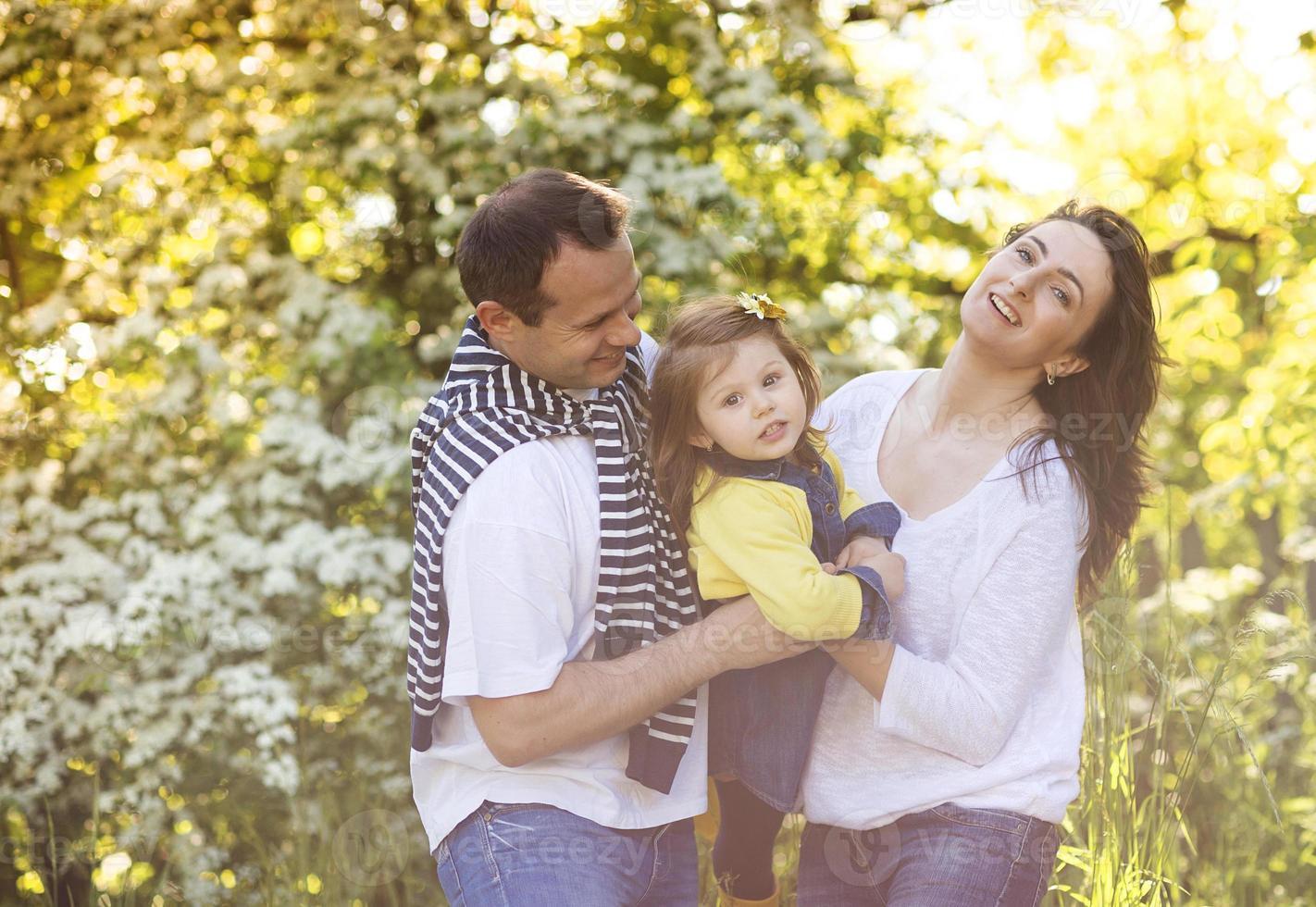 lycklig familj i naturen foto