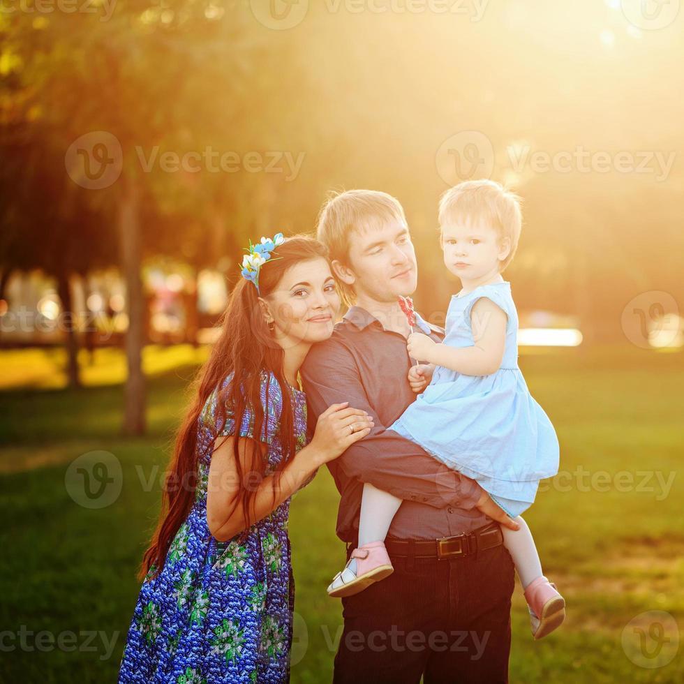 lycklig familj som går i parken foto