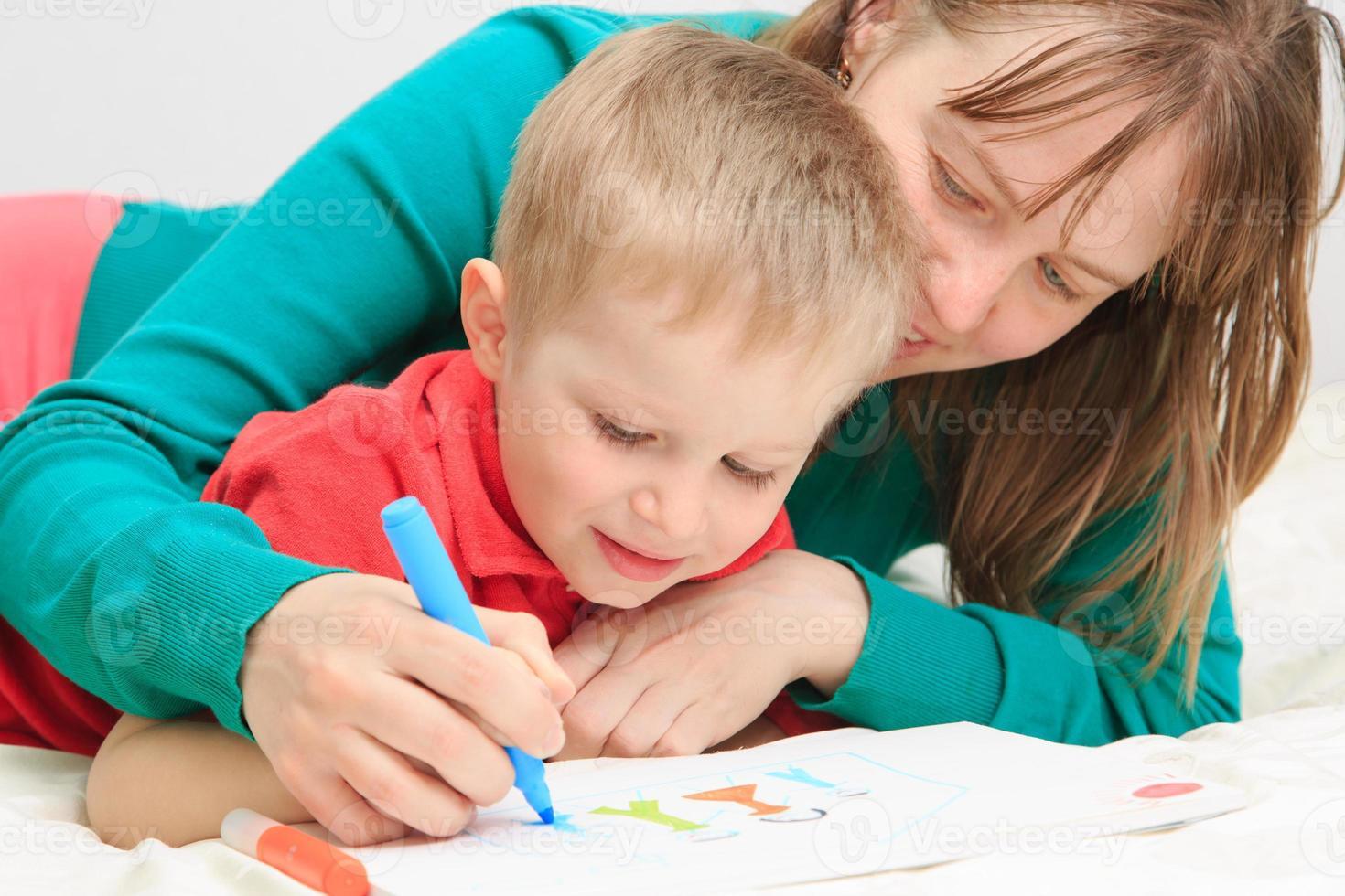 mor och son som ritar familj foto