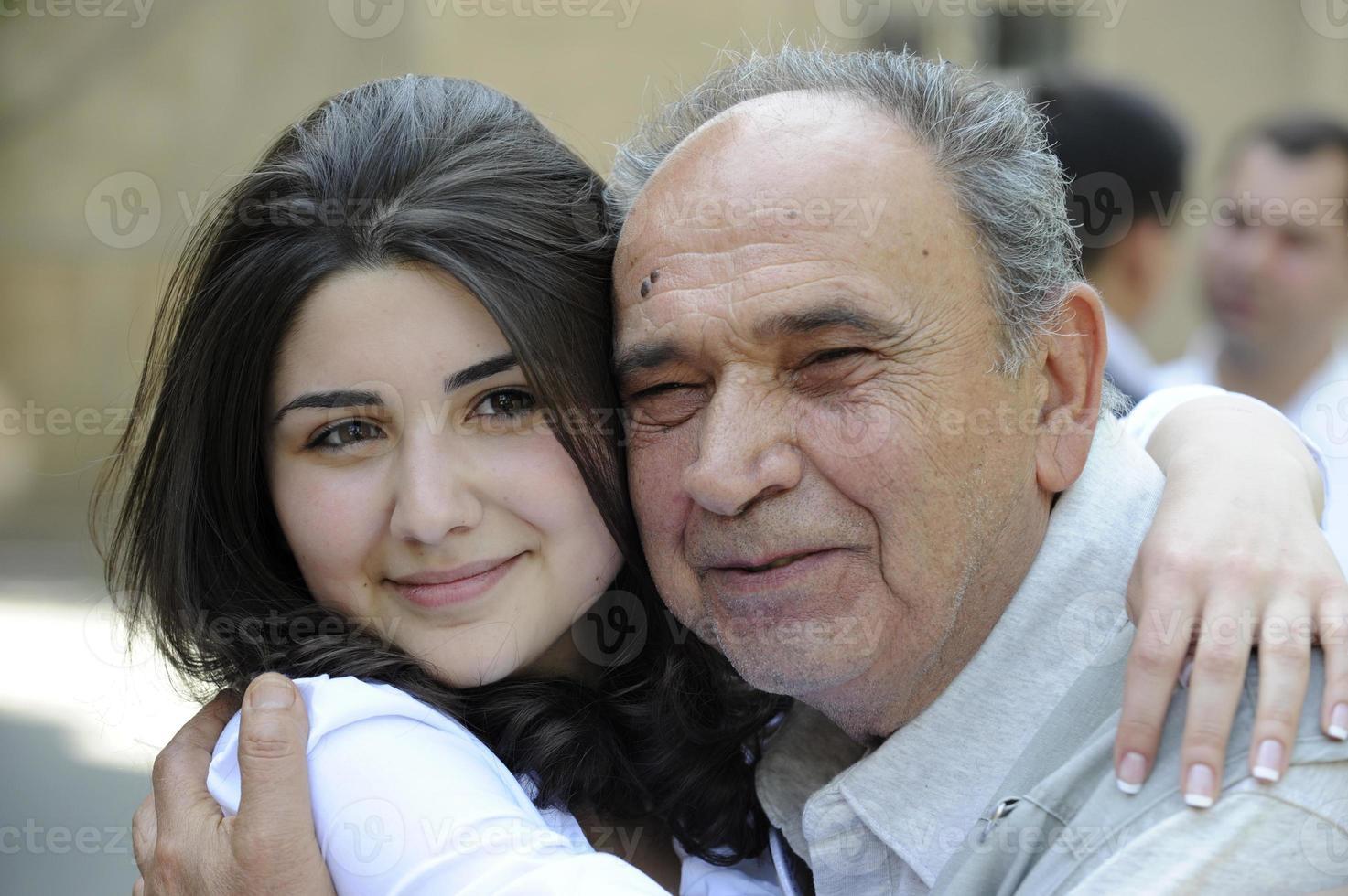 kramar och ler farfar med barnbarnet foto