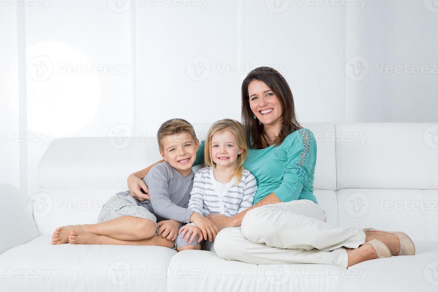porträtt av familjen på vit bakgrund foto
