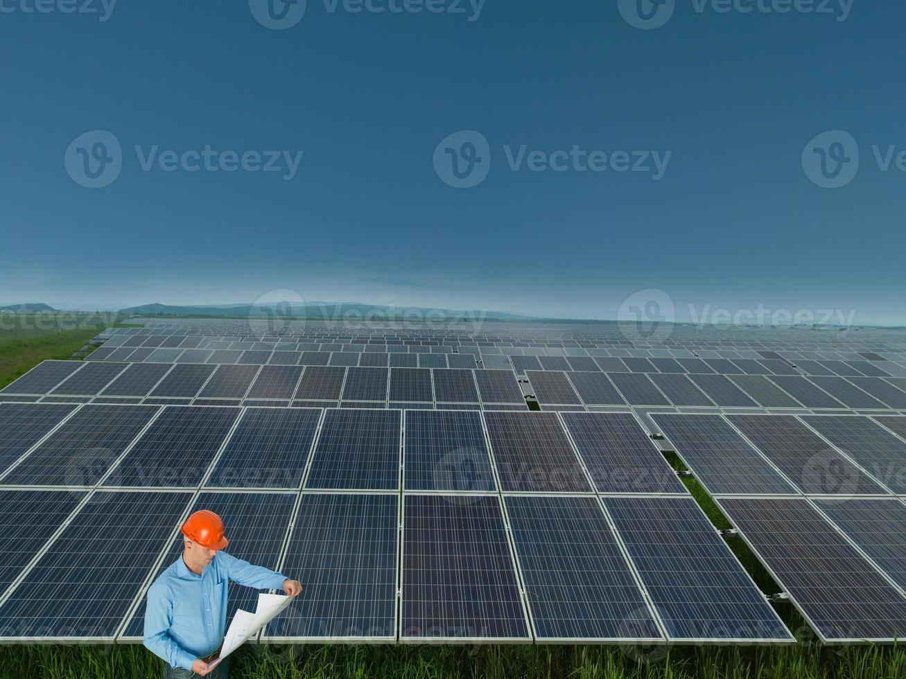 ingenjör i solpanelstation foto