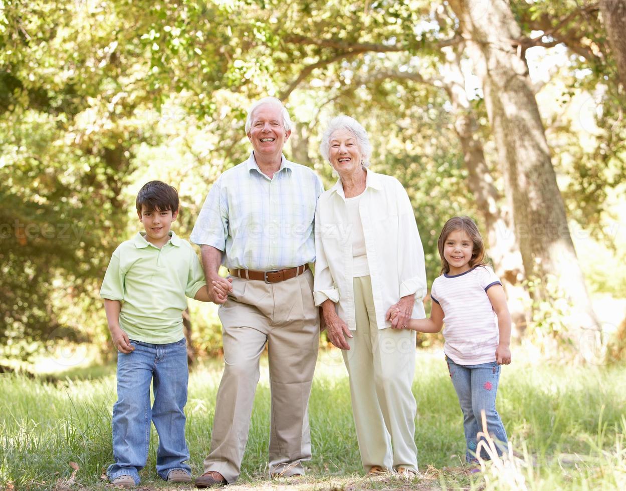 morföräldrar i park med barnbarn foto