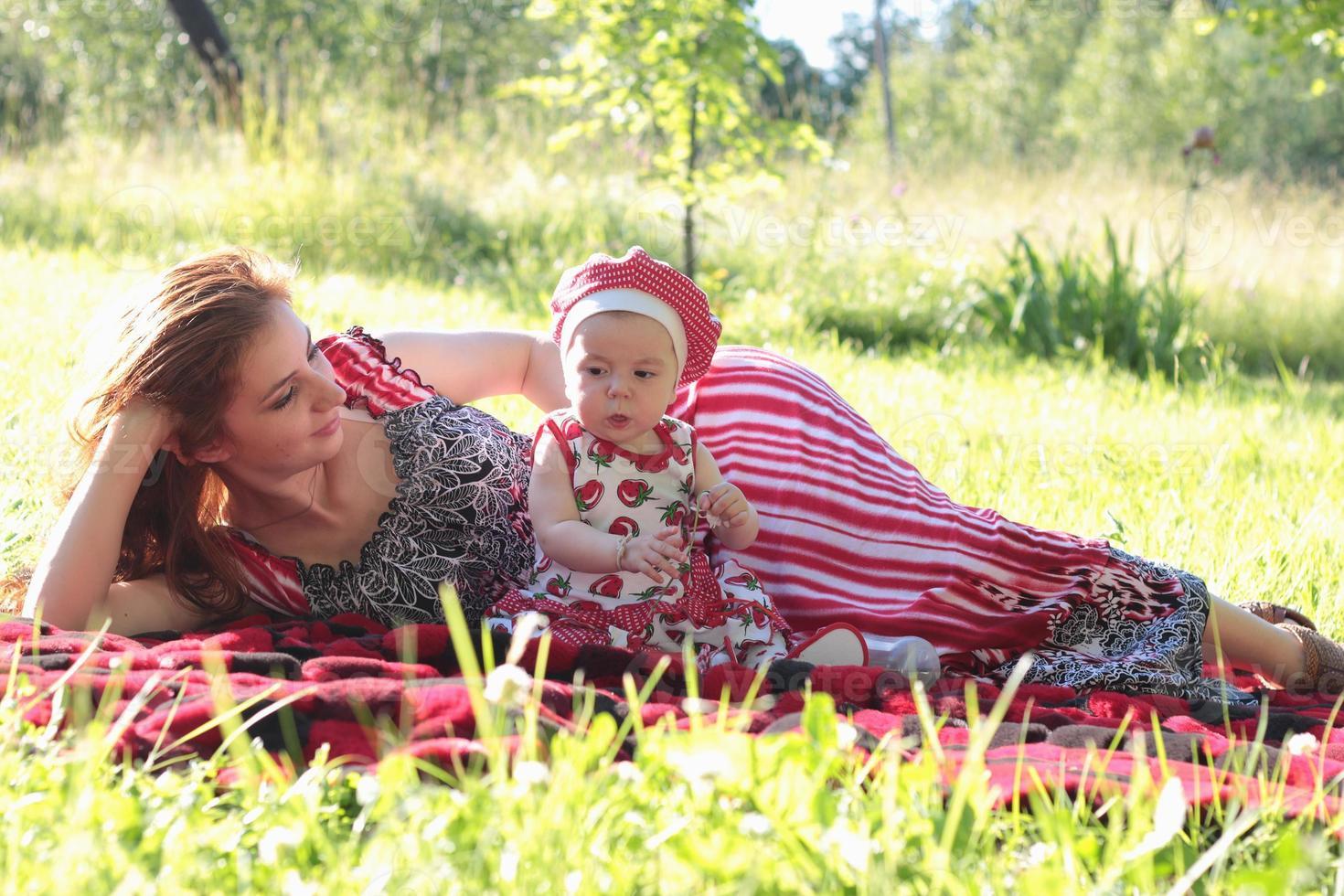 mamma och dotter på en picknick foto