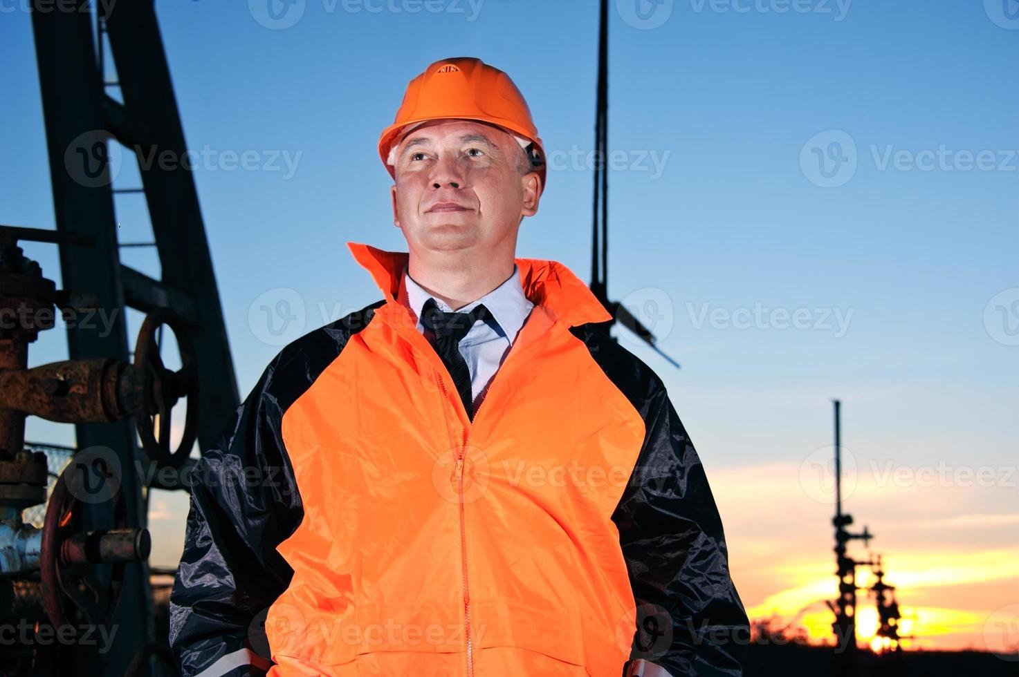 ingenjör i ett oljefält foto