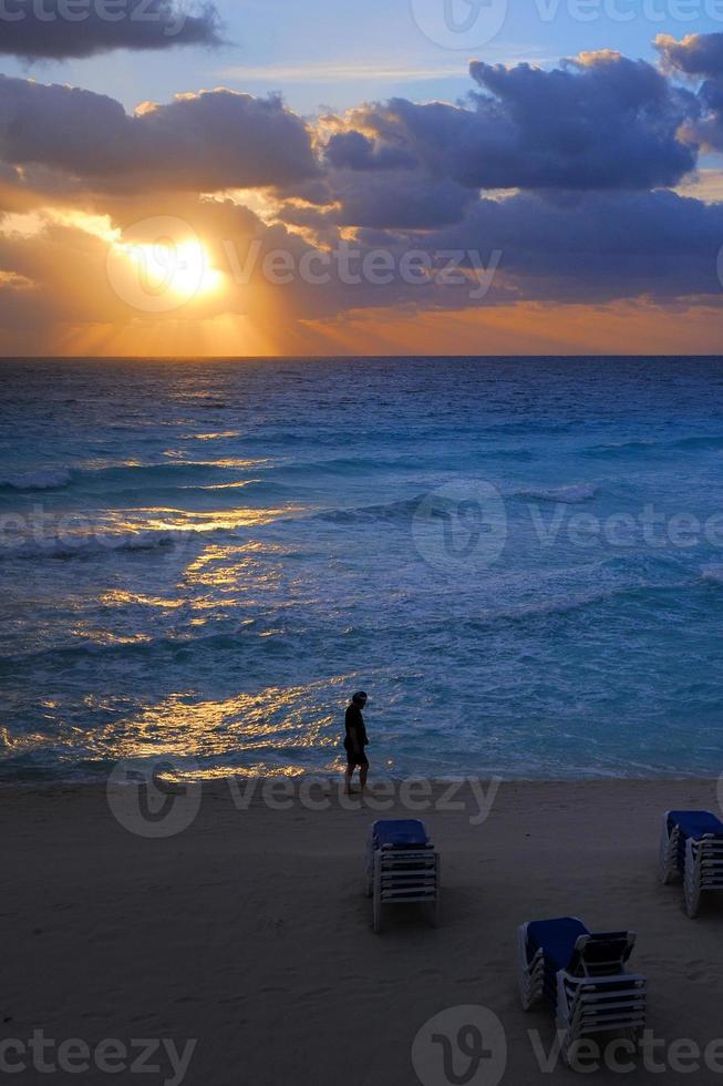 soluppgång, strand och hav foto