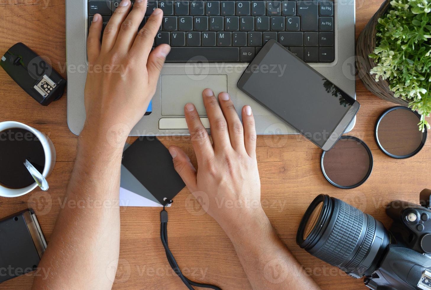 skrivbord med fotoutrustning foto