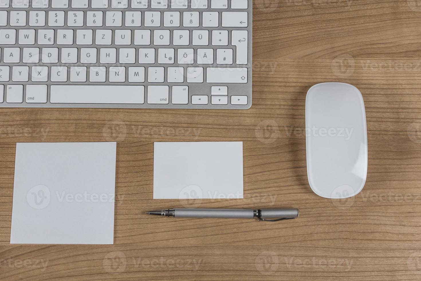 modernt tangentbord på ett skrivbord foto