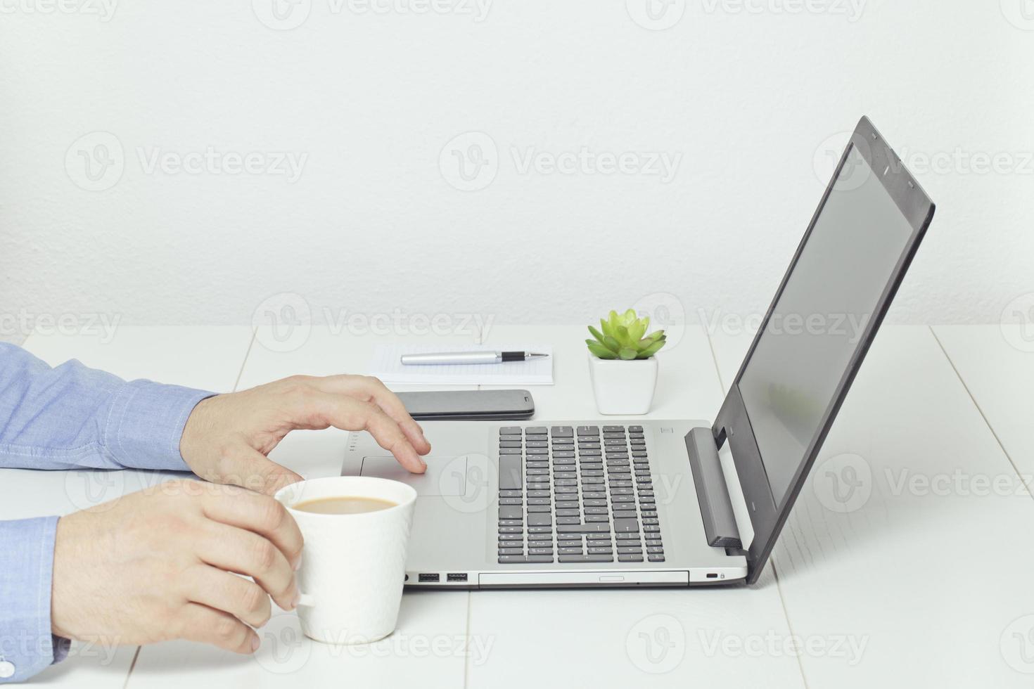 man som arbetar på bärbar dator. kaffepaus på kontoret. foto