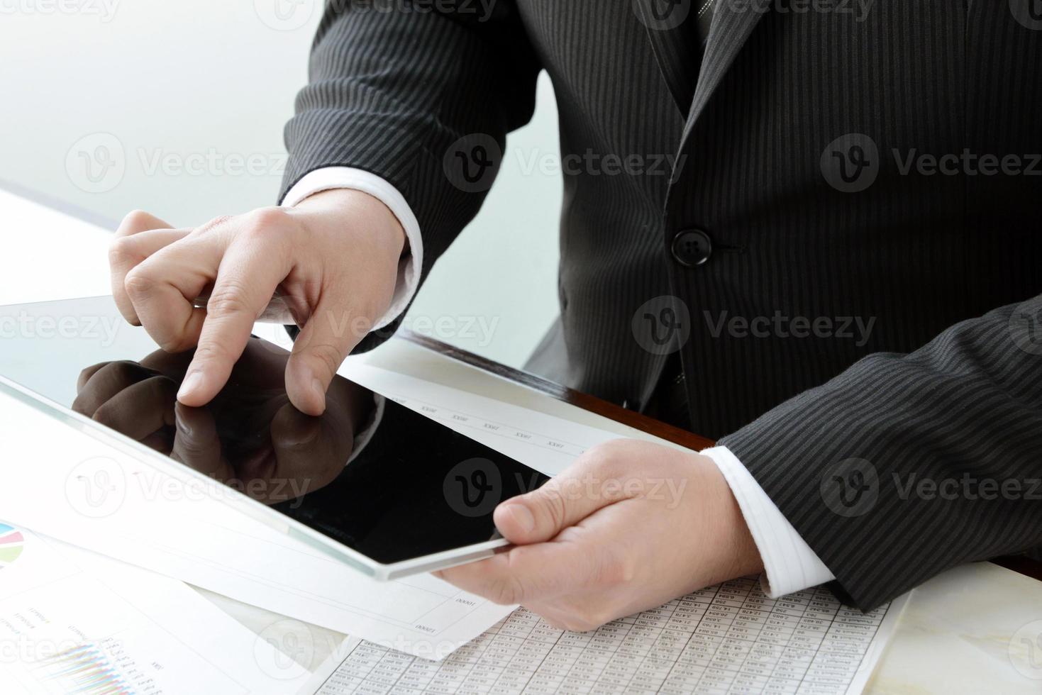 affärsman använder degital tablett foto