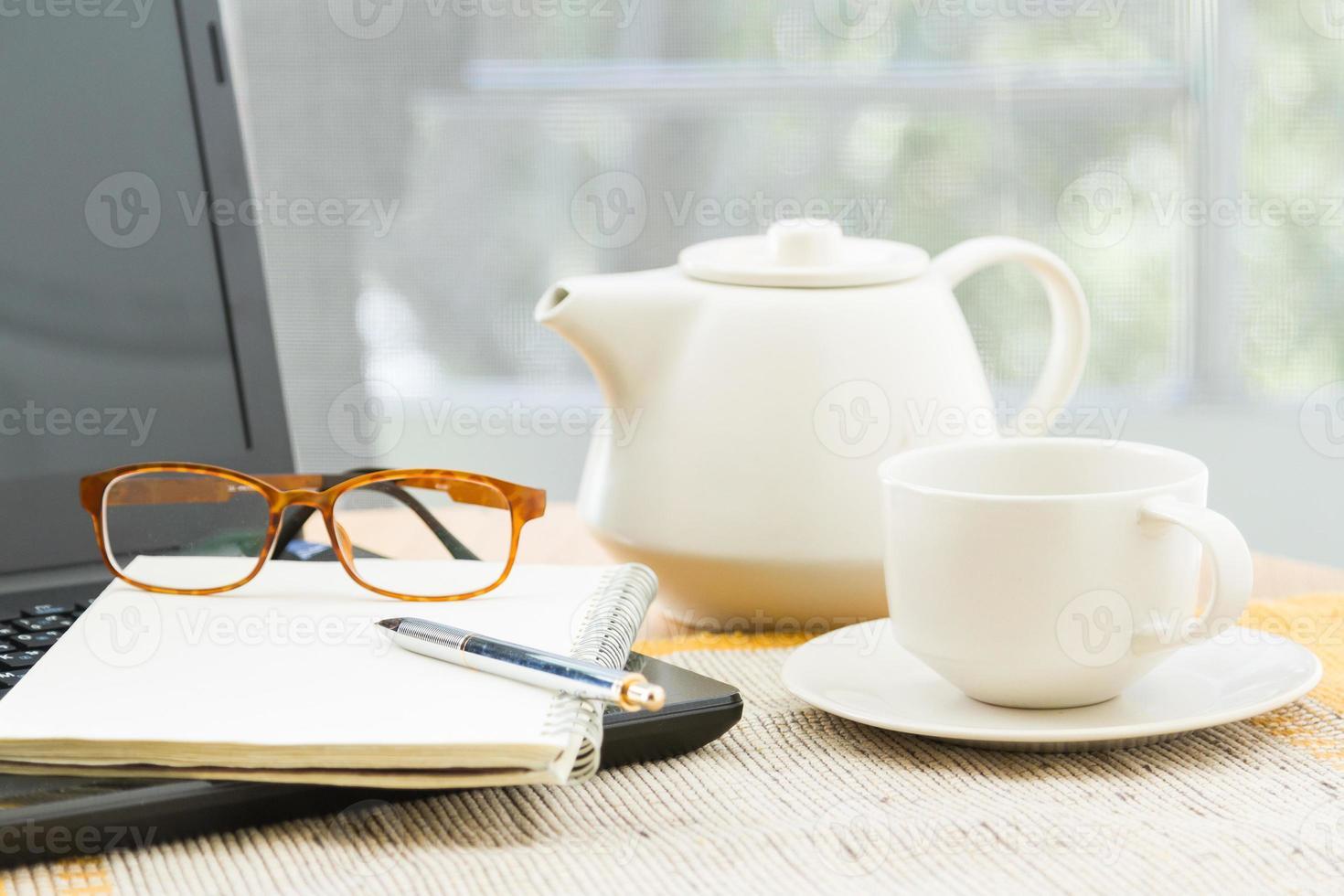 träbord med kontorsmaterial foto