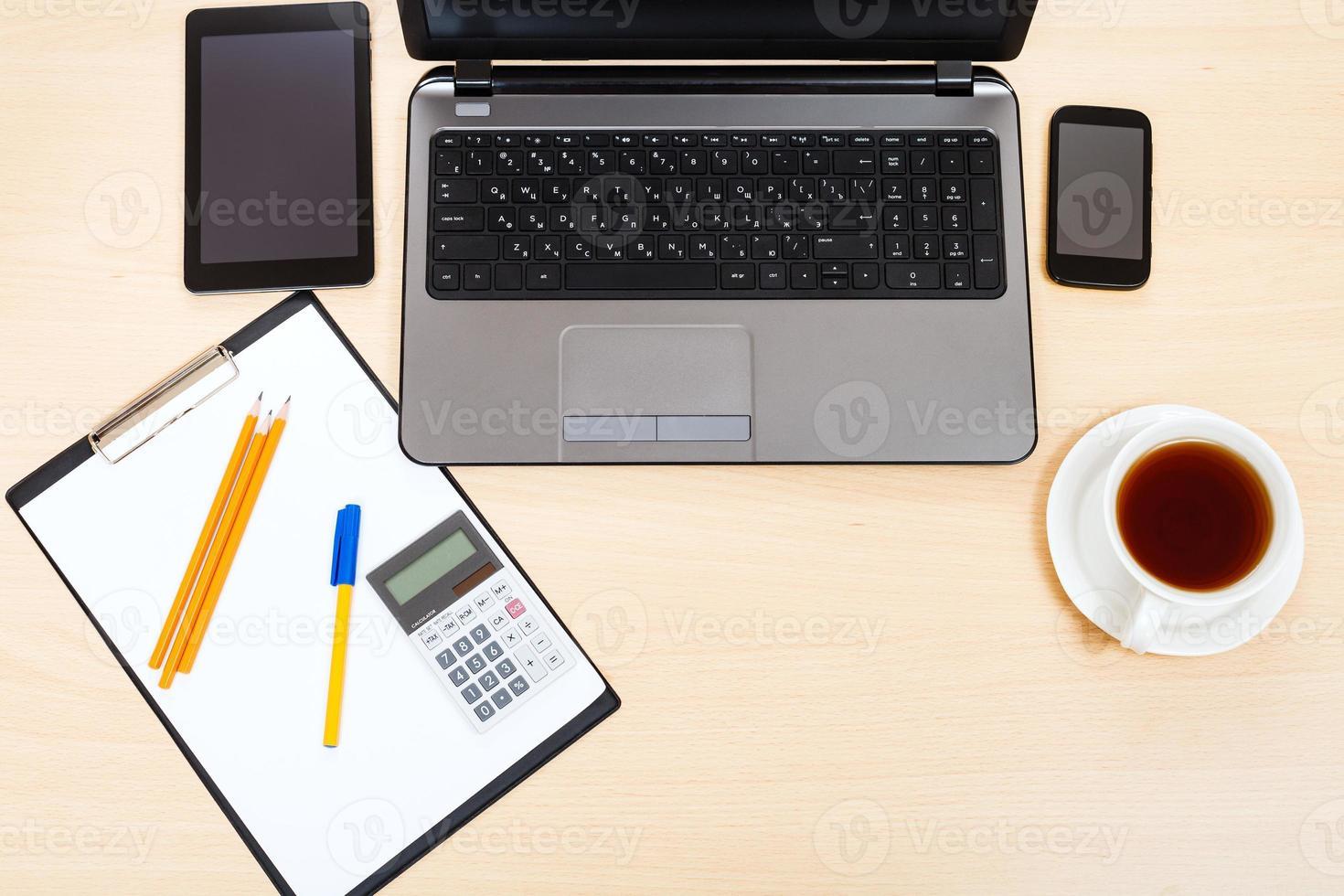 affärsstilleben - toppvy av kontorsarbetsplatsen foto