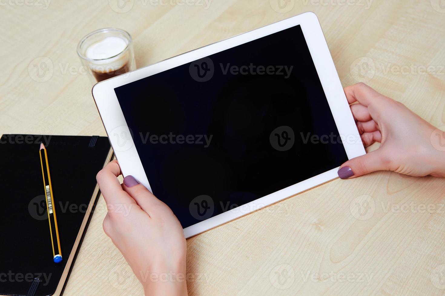 flicka tittar på skärmen på en digital surfplatta foto
