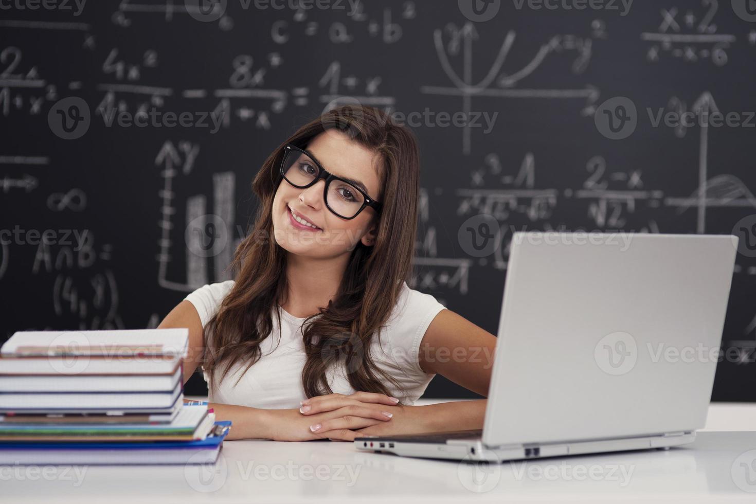 porträtt av ganska ung kvinnlig student i klassrummet foto