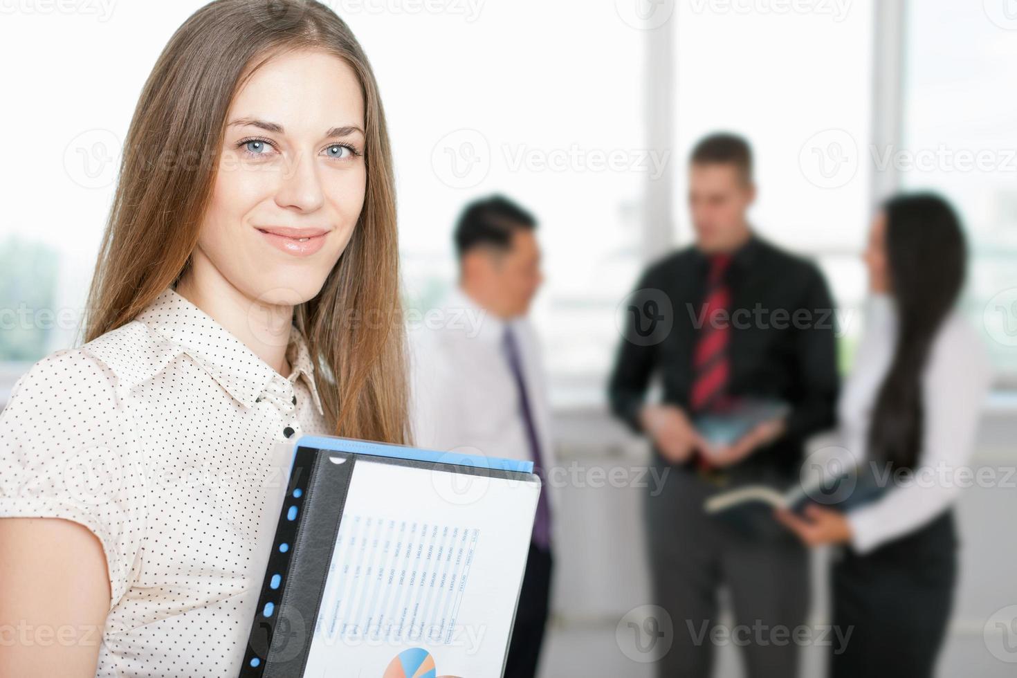 framgångsrik affärskvinna i förgrunden och affärslag i bakgrunden foto