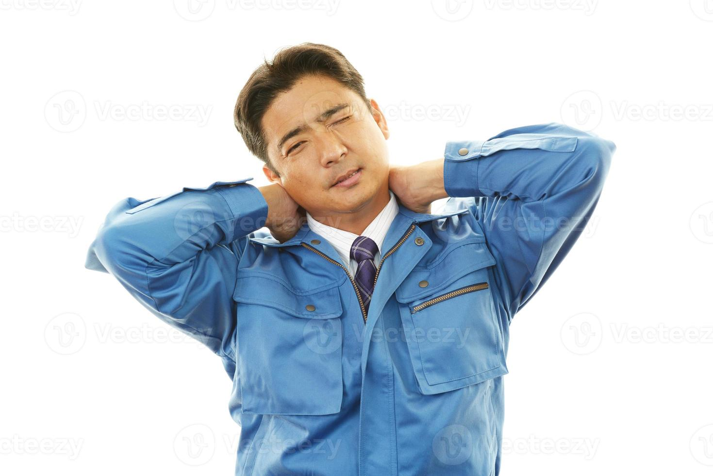 trött asiatisk arbetare foto