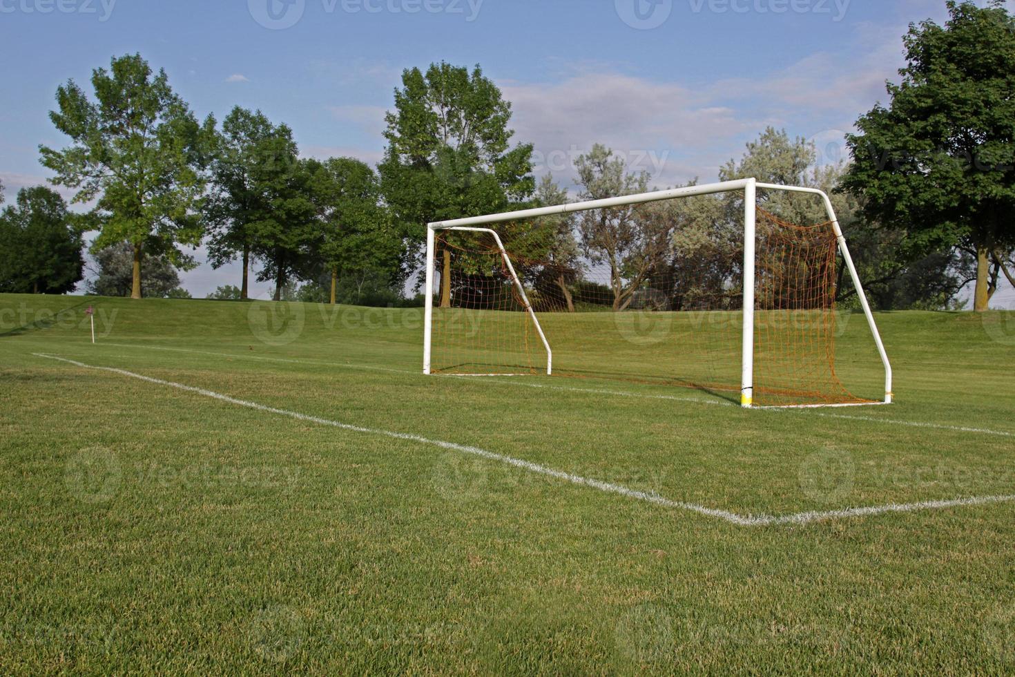 ett tomt fotbollsmål på ett spelplan foto
