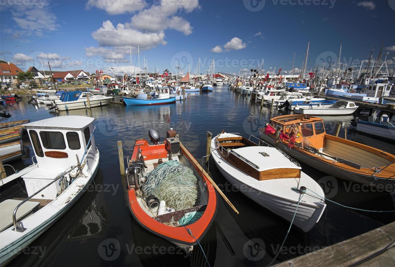 fiskebåtar förtöjda foto