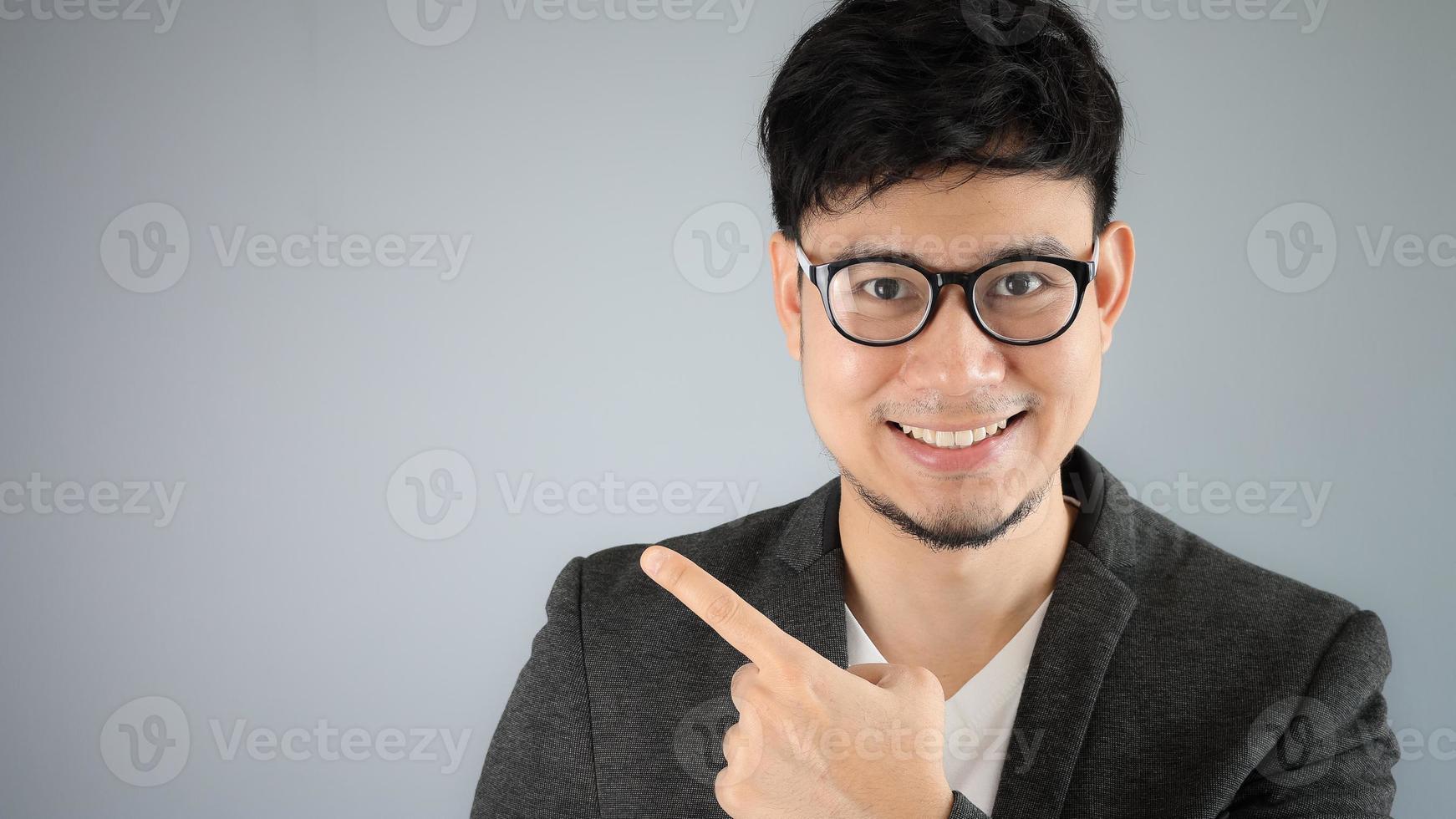 asiatisk affärsman pekar. foto