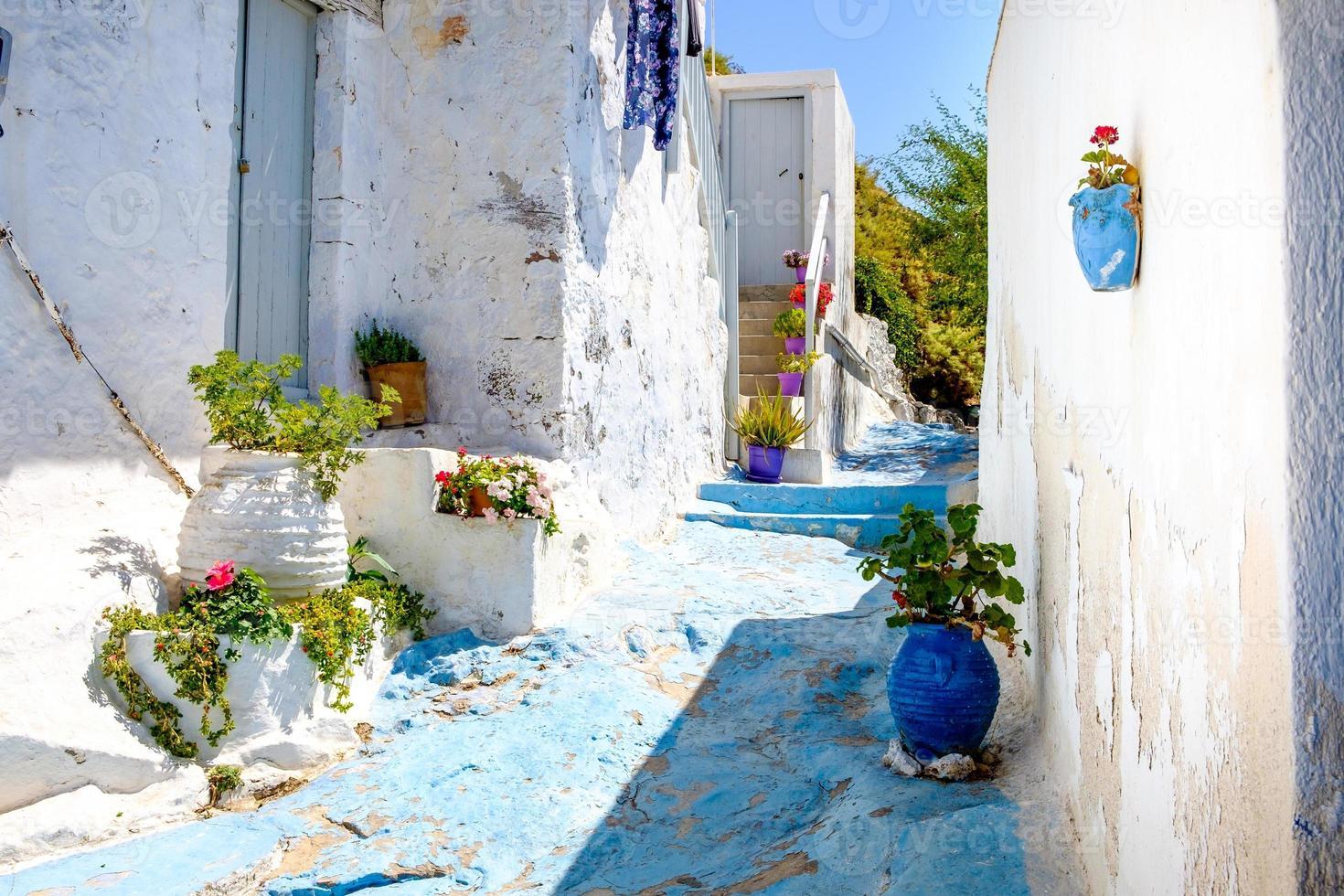 vacker gata i gammal traditionell grekisk cykladisk byplaka foto