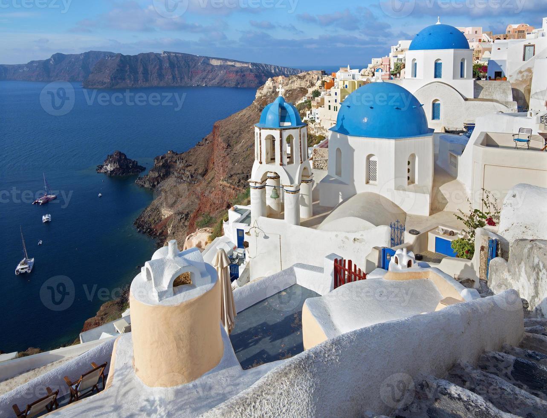 santorini - typiskt blå kyrkor cupolas i oia foto