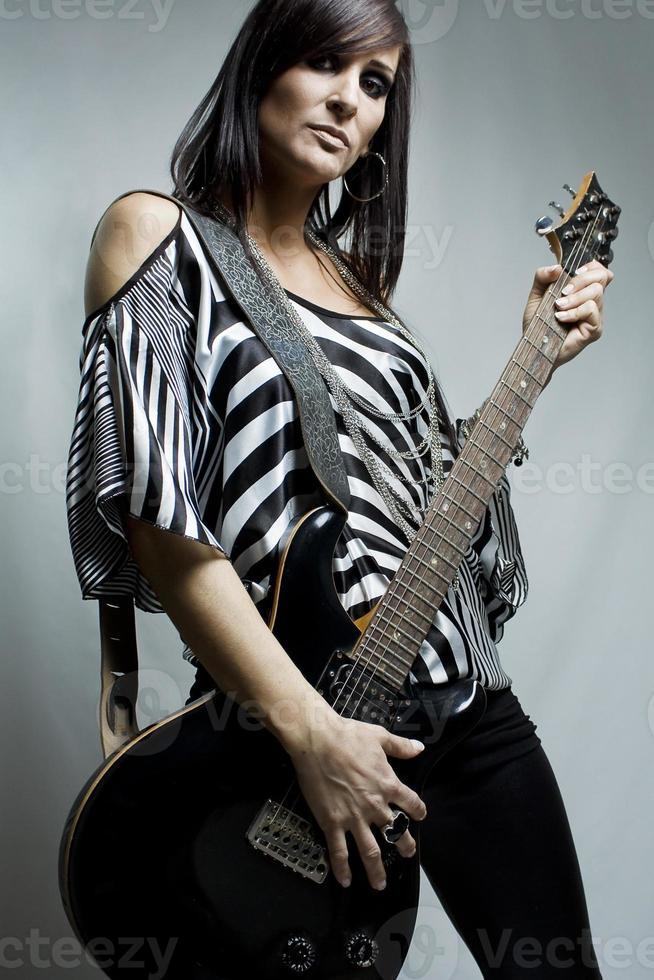tjej som spelar gitarr foto