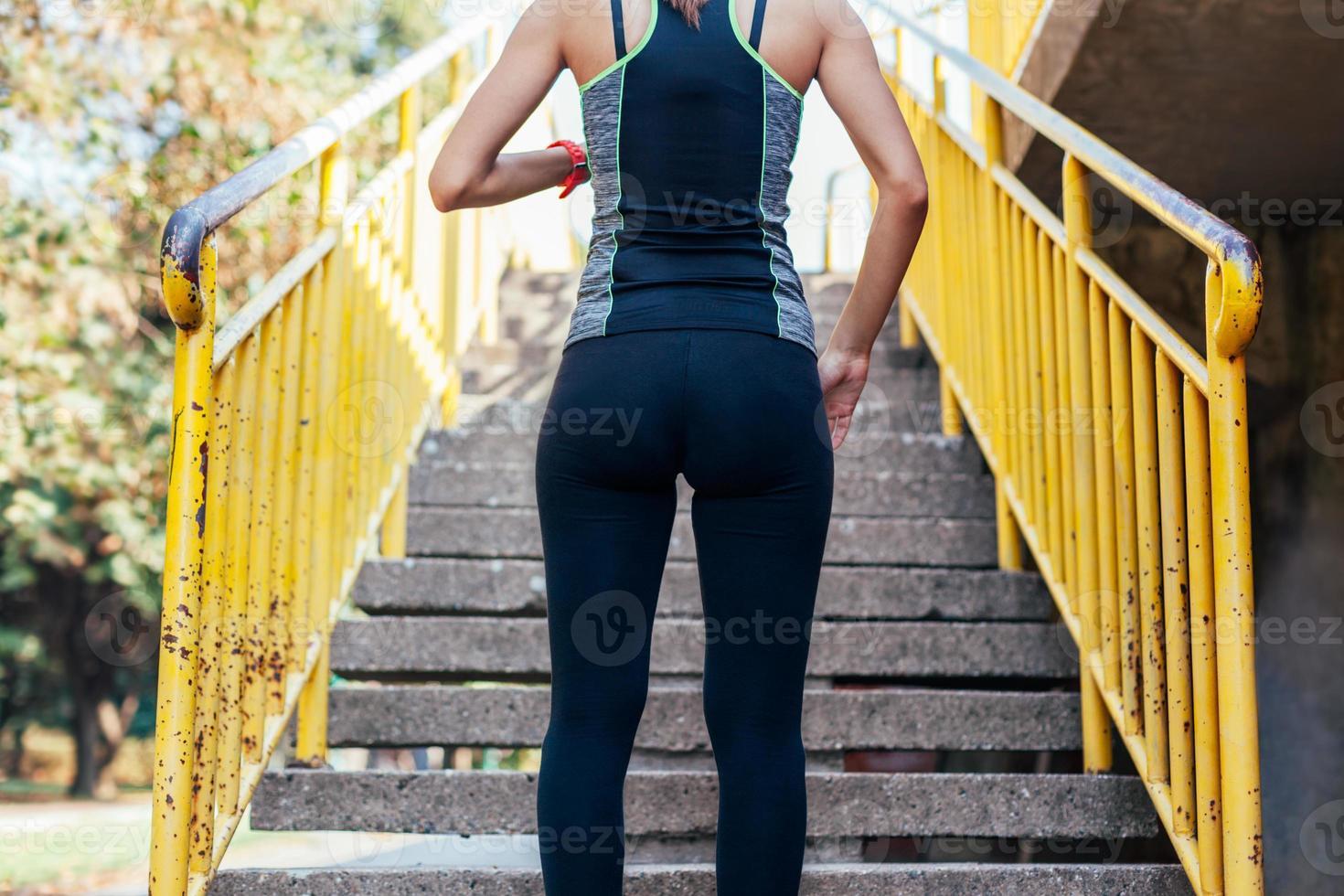 kvinnan förbereder sig för att springa uppför trappan foto