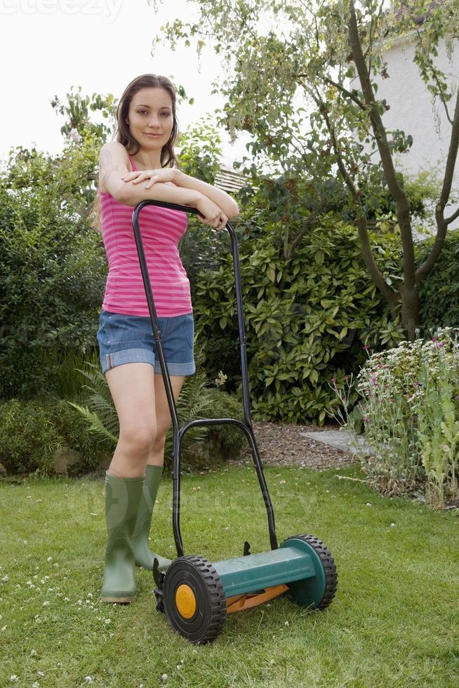 kvinna med gräsklippare foto