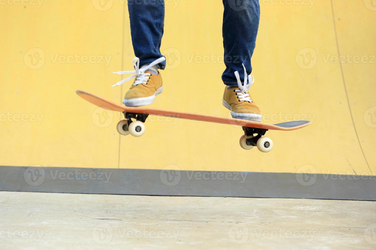 skateboard på skatepark foto