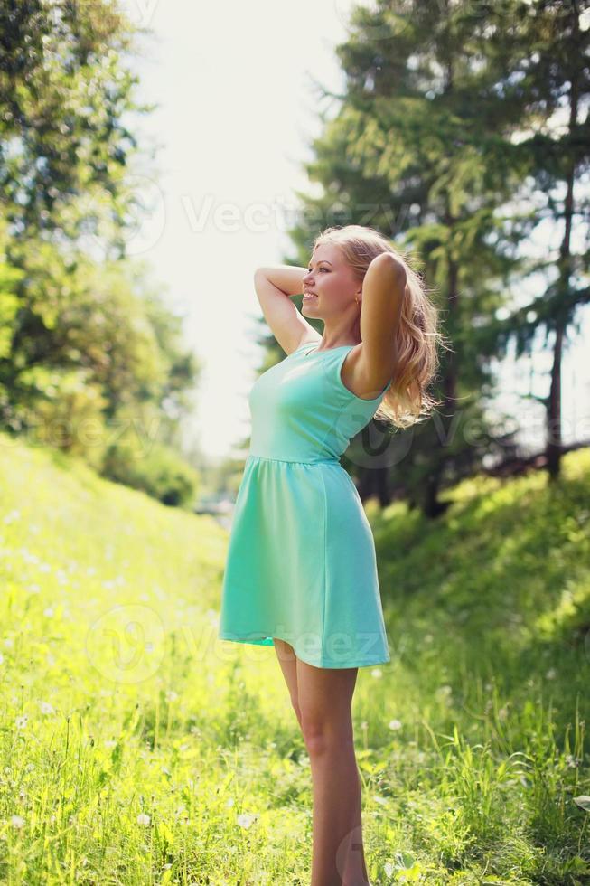 vacker glad blond kvinna i klänning utomhus livsstil foto