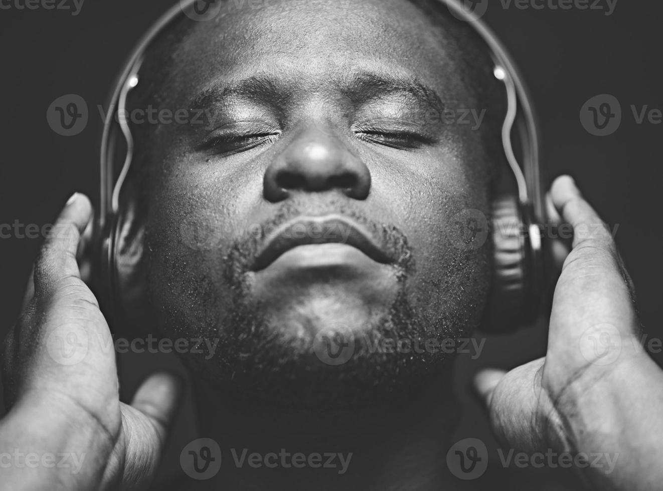 njuter av musik foto