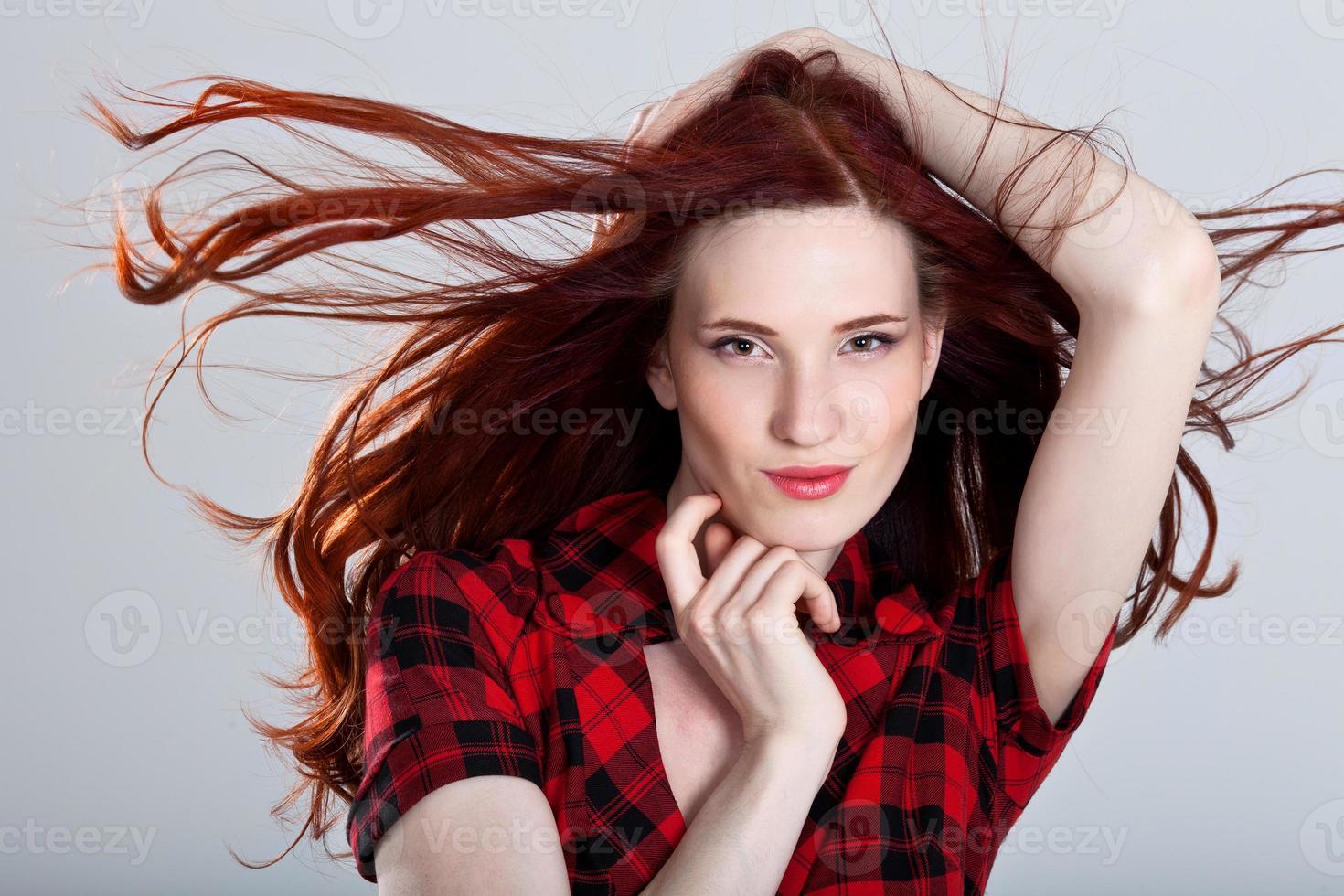 porträtt av en vacker ung kvinna med underbart hår foto