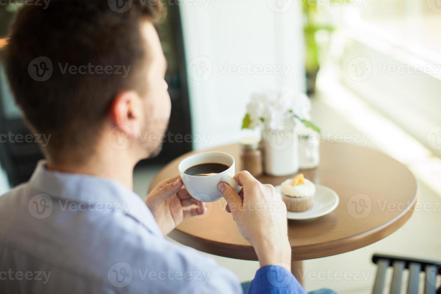njuter av kaffe själv foto