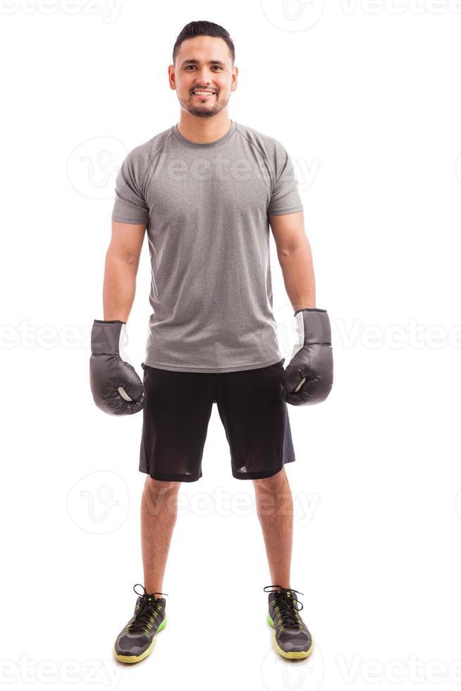ung man njuter av boxning foto